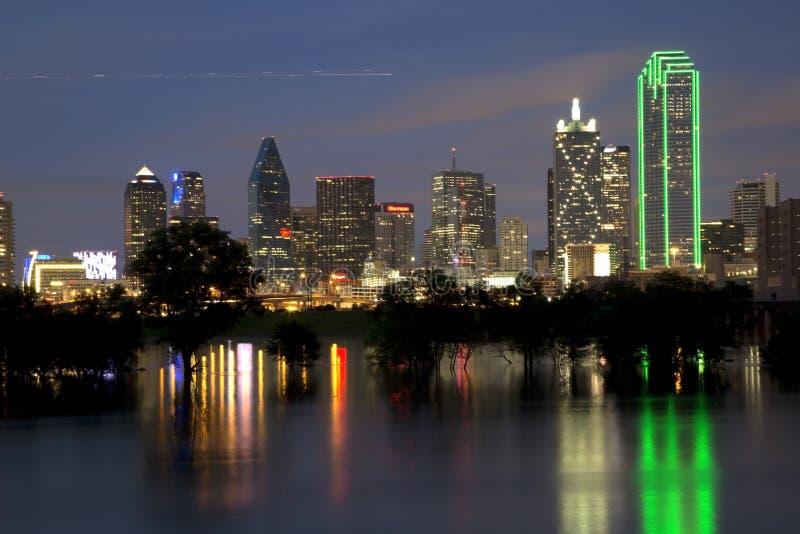 Горизонт Далласа города на ноче стоковая фотография