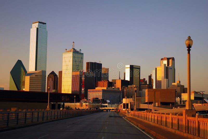 Горизонт Далласа от моста улицы коммерции стоковая фотография