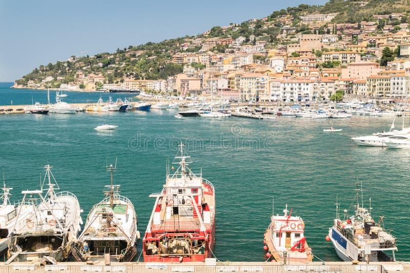 Горизонт деревни Порту Santo Stefano, итальянское назначение перемещения Monte Argentario, Тоскана, Италия стоковое изображение