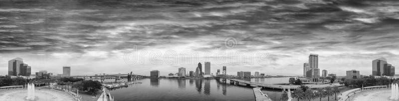 Горизонт Джексонвилла, FL изумительного захода солнца воздушный стоковые фотографии rf