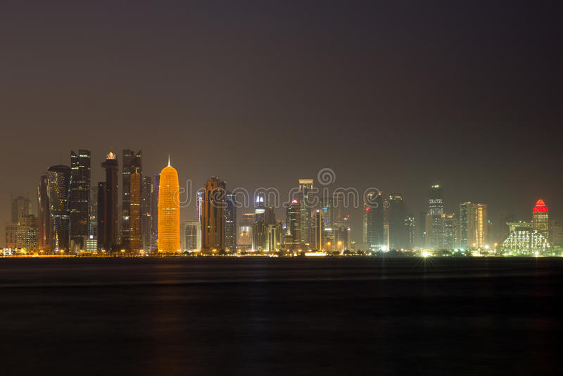 Горизонт Дохи на ноче стоковое фото rf