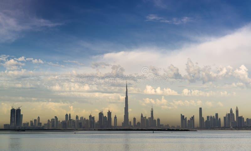 Горизонт Дубай с красивым облаком стоковая фотография rf