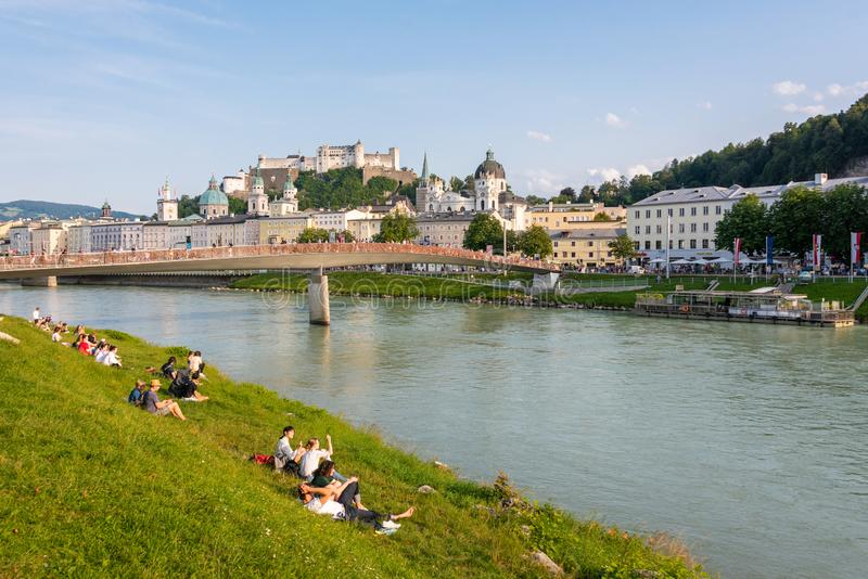 Горизонт Зальцбурга с рекой летом, Австрией крепости и Salzach Hohensalzburg стоковое фото rf