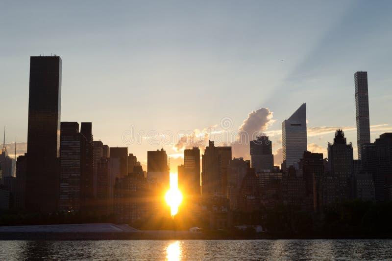 Горизонт Ист-Сайд центра города Манхаттана на заходе солнца стоковая фотография rf