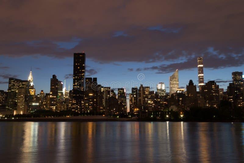 Горизонт Ист-Сайд центра города Манхаттана на ноче стоковое изображение