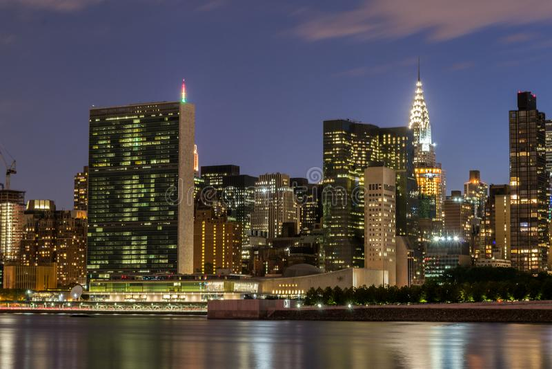 Горизонт Ист-Сайд центра города Манхаттана на ноче стоковое фото rf