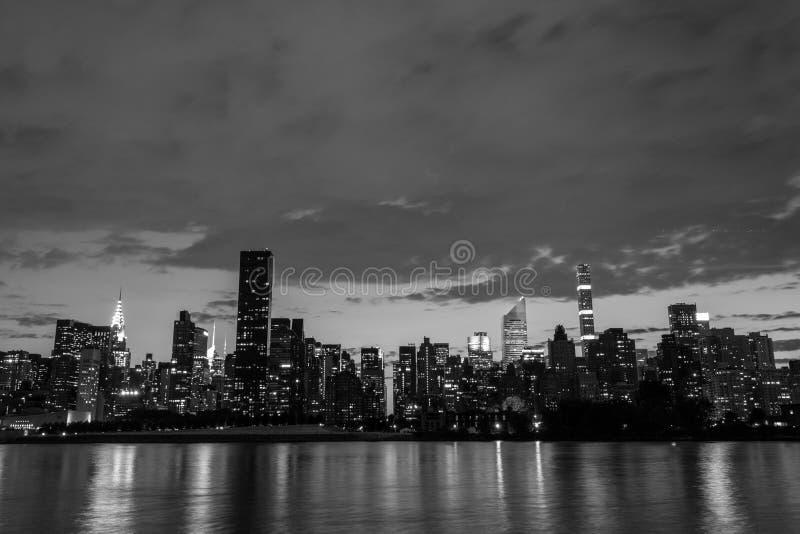 Горизонт Ист-Сайд центра города Манхаттана на ноче стоковая фотография rf