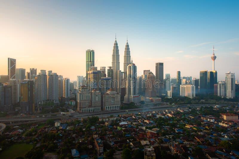 Горизонт и небоскребы города Куалаа-Лумпур строя во время восхода солнца в центре города делового района в Куалае-Лумпур, Малайзи стоковое фото