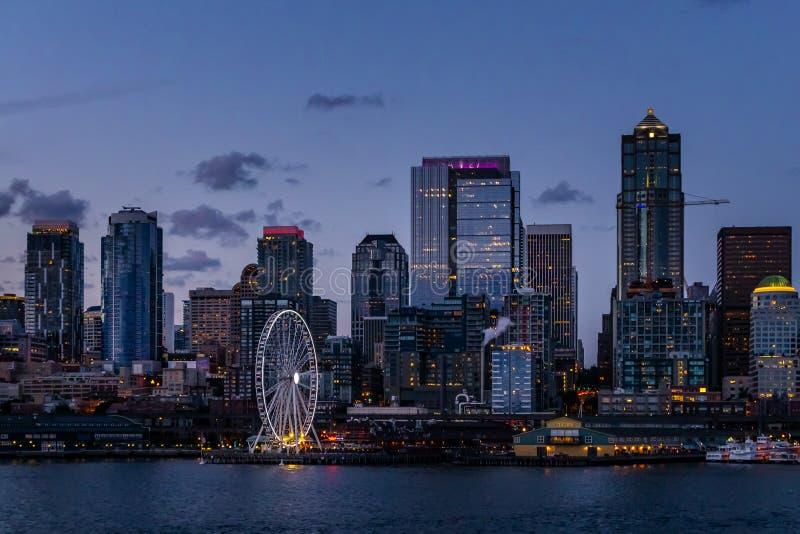 Горизонт и портовый район Сиэтл к ночь стоковые изображения rf