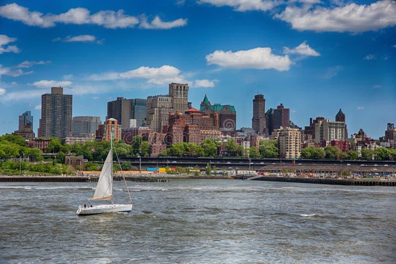Горизонт и река Бруклина с парусником стоковое фото rf