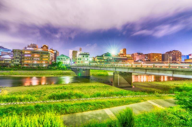 Горизонт Киото вдоль реки, Японии стоковые изображения
