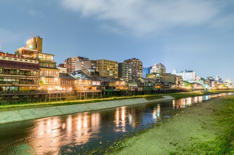 Горизонт Киото вдоль реки, Японии стоковые фотографии rf