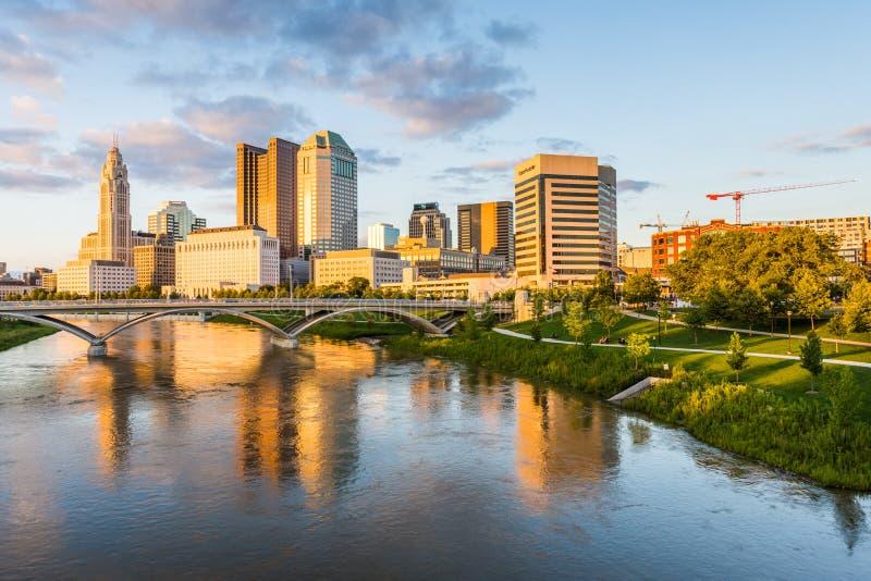 Горизонт Колумбуса, Огайо от двухвекового моста парка на ноче стоковые изображения