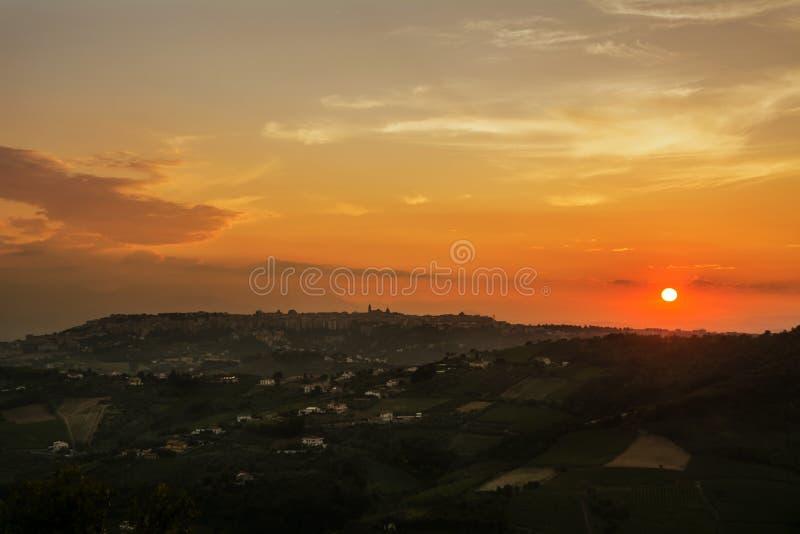 Горизонт кьети Италии на заходе солнца стоковые фотографии rf