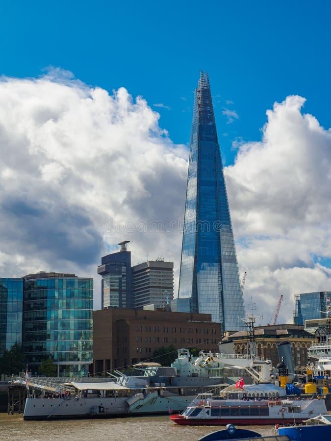 Горизонт Лондона обозревая город моста Лондона с черепком на южной стороне реки Темза стоковое фото