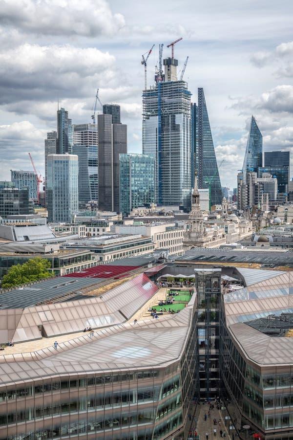 Горизонт Лондона с целью финансового района с зданием корнишона и микрофона стоковое фото rf