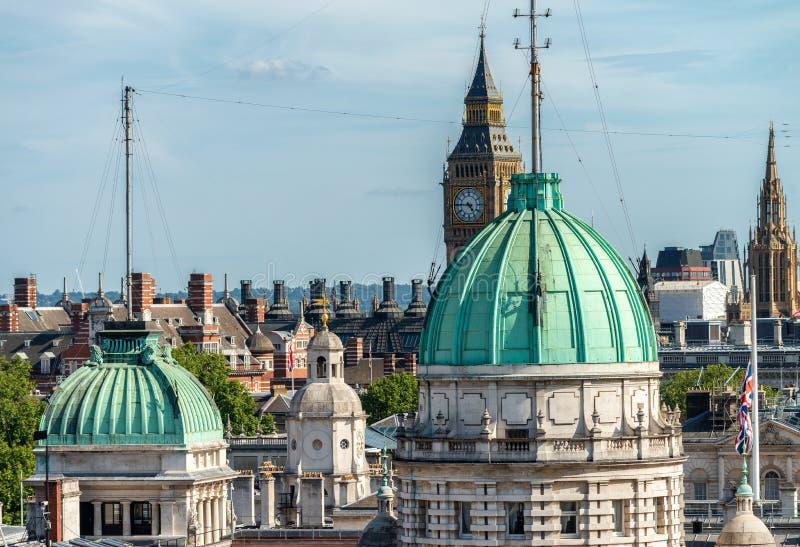 Горизонт Лондона воздушный от крыши с парламентом Великобритании дальше стоковое изображение rf