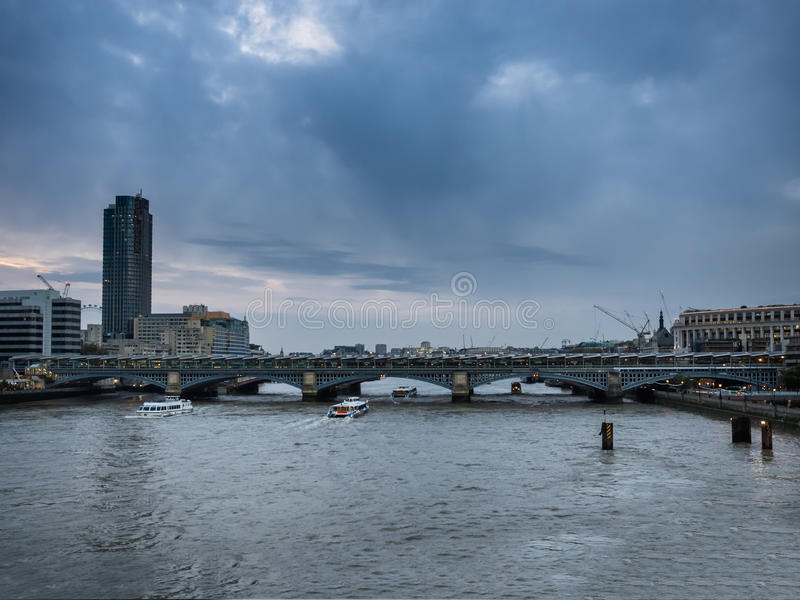Горизонт Лондона при мост Blackfriars увиденный от реки Thame стоковое фото rf