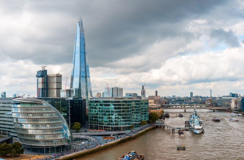 Горизонт Лондона с здание муниципалитетом и черепком стоковая фотография rf