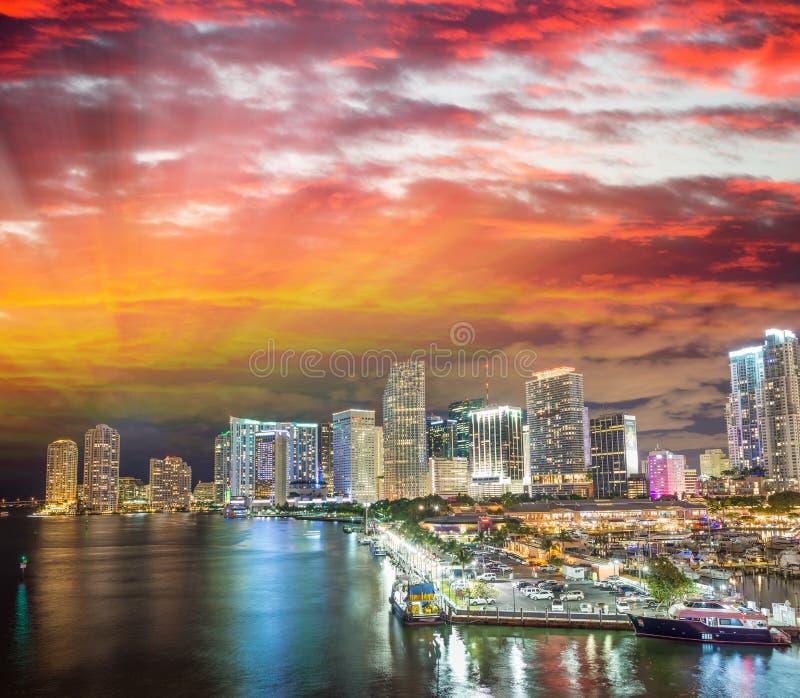 Горизонт Майами на заходе солнца, Флориды стоковая фотография rf