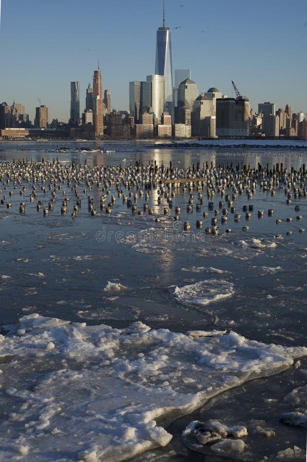 Горизонт Манхаттана зимы отраженный на льде стоковая фотография rf