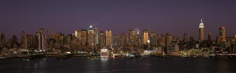 Горизонт Манхаттан на сумраке стоковое фото