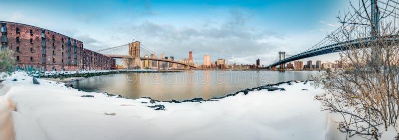 Горизонт Манхэттена от Pebble Beach в Бруклине, Соединенных Штатах стоковая фотография