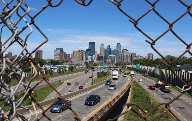 Горизонт Миннеаполиса через загородку звена цепи стоковые фотографии rf