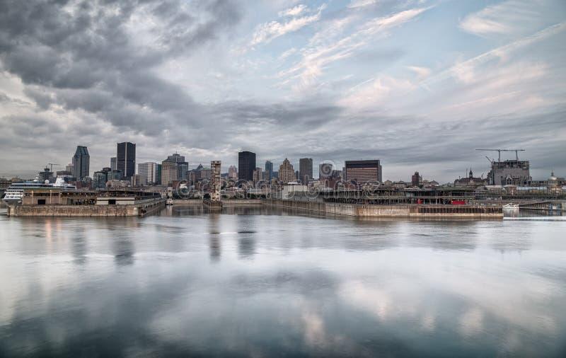 Горизонт Монреаля отразил на реке на пасмурном утре стоковые фотографии rf