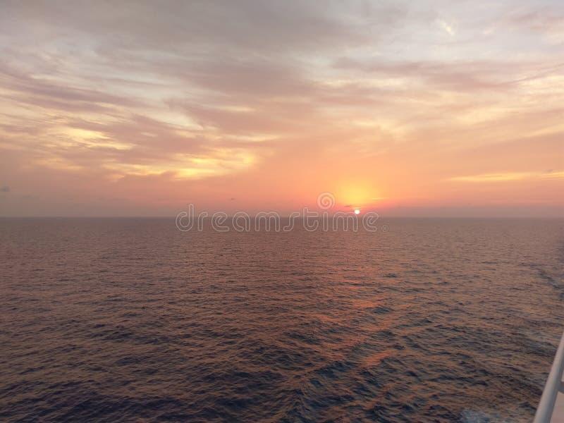 горизонт, море, небо, затишье, заход солнца, океан, восход солнца стоковое изображение rf