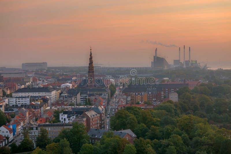 Горизонт на восходе солнца, смог Копенгагена над городом стоковые фото