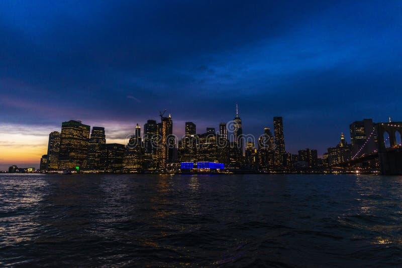 Горизонт небоскребов вечером в Манхэттене, Нью-Йорке, США стоковые фото