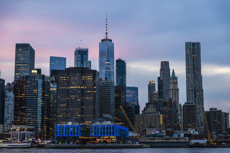 Горизонт небоскребов на заходе солнца в Манхэттене, Нью-Йорке, США стоковые изображения rf