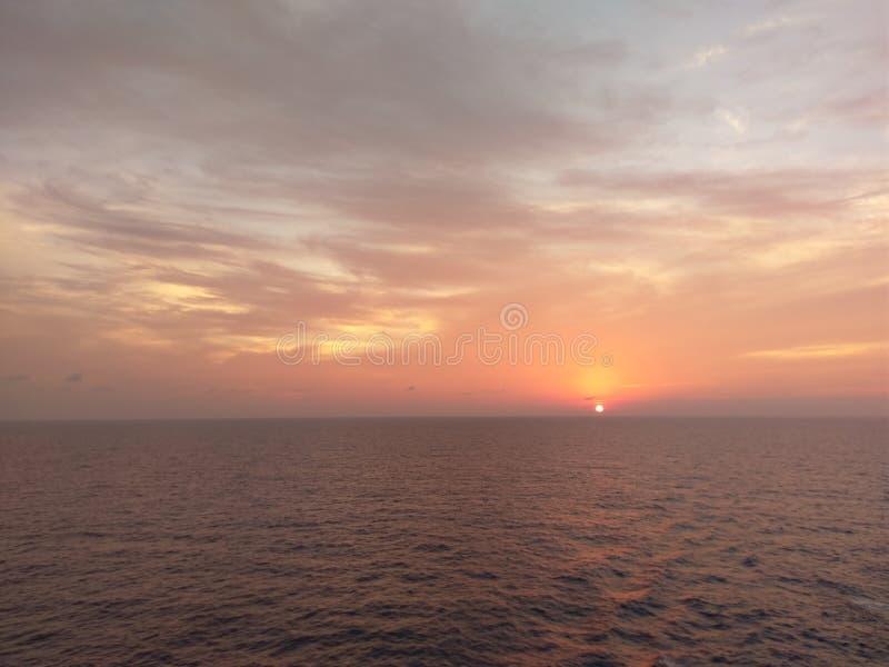 горизонт, небо, море, послесвечение, заход солнца, затишье, восход солнца стоковое изображение