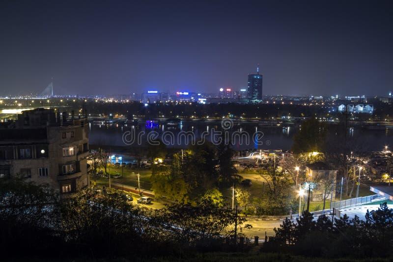 Горизонт нового Белграда Novi Beograd увиденного к ноча от крепости Kalemegdan стоковые фотографии rf