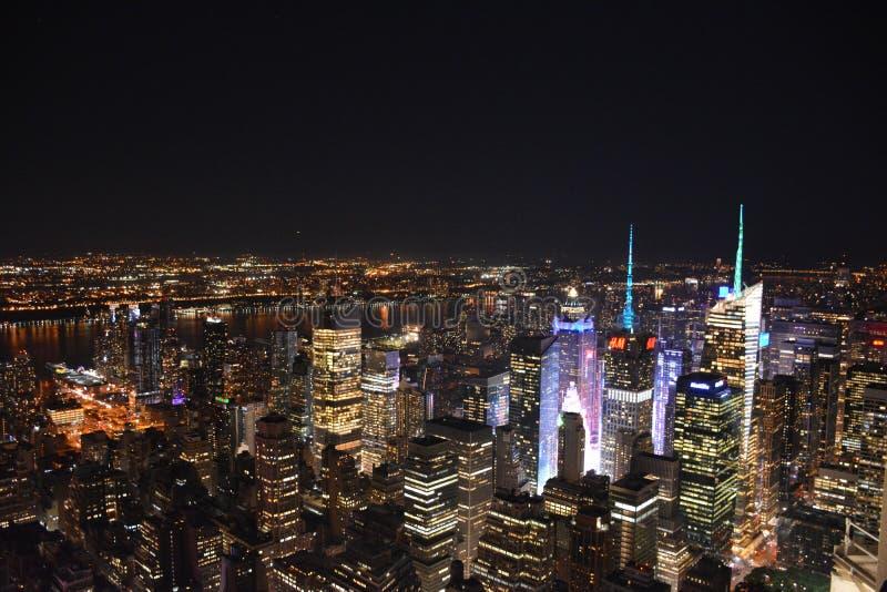Горизонт ночи Нью-Йорка от Имперского штата стоковая фотография rf