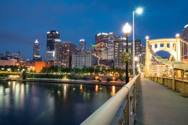 Горизонт ночи Питтсбурга, Пенсильвании от Роберто Clemente стоковые изображения