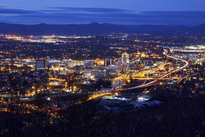 Горизонт ночи Roanoke, Вирджинии стоковое фото rf