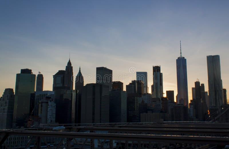 Горизонт Нью-Йорка более низкий Манхаттана от Бруклинского моста стоковые изображения rf