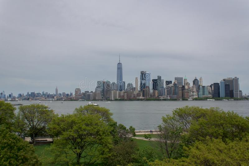 Горизонт Нью-Йорка более низкий Манхаттана от острова Ellis стоковая фотография rf