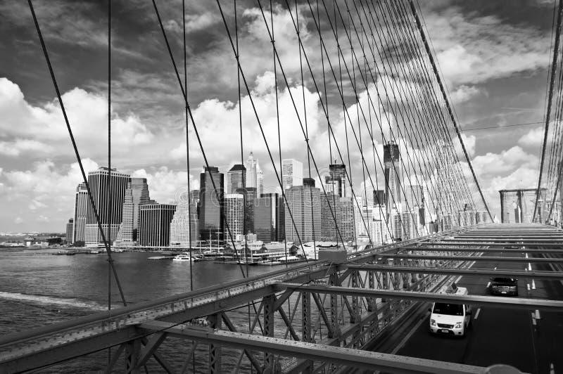 Горизонт Нью-Йорка, взгляд от Бруклинского моста, чернит белое стоковые фотографии rf