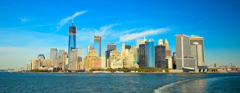 Горизонт Нью-Йорка и статуя свободы на ноче, NY, США стоковые фото