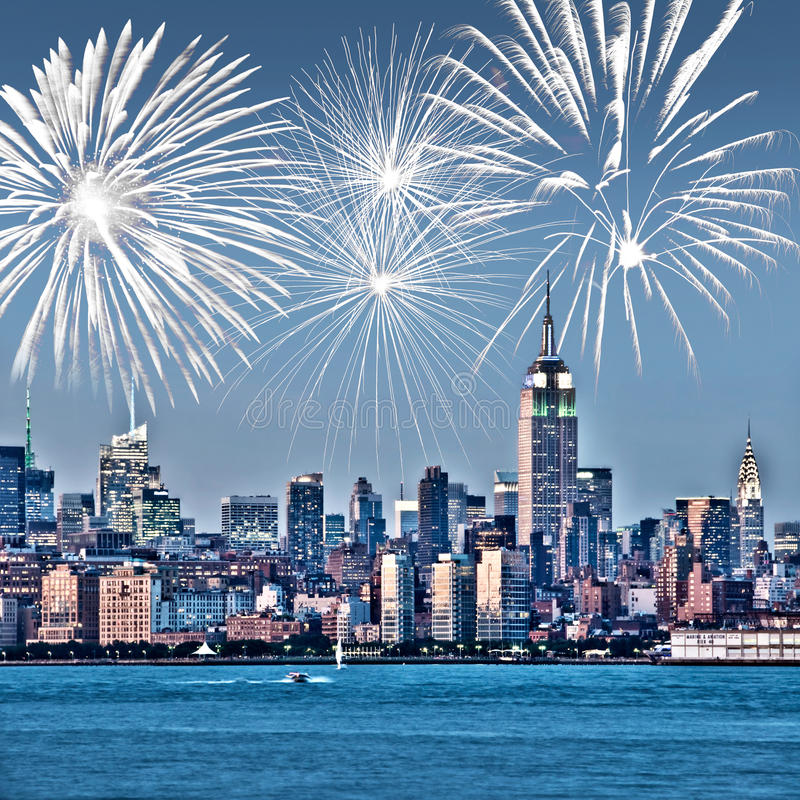 Горизонт Нью-Йорка Манхаттана на ноче, фейерверках на заднем плане, американских торжестве США и партии стоковое изображение rf