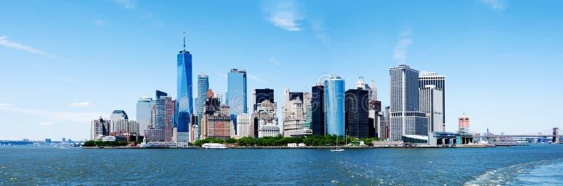 Горизонт Нью-Йорка Манхаттана панорамы и башня свободы стоковая фотография rf