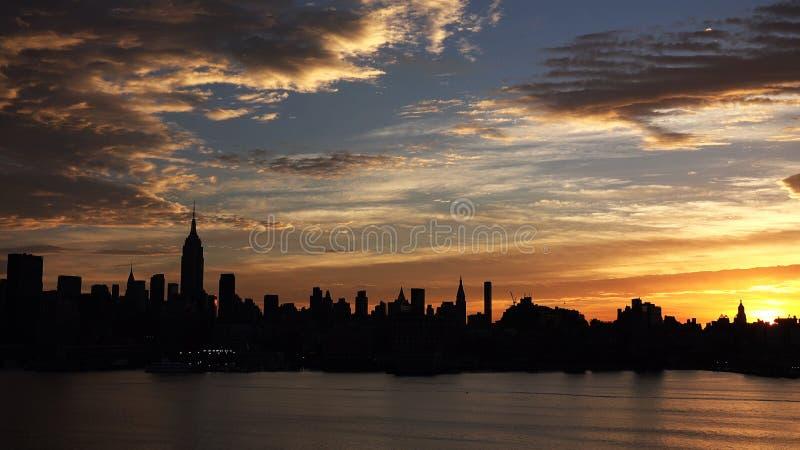 Горизонт Нью-Йорка с городскими небоскребами на заходе солнца HD стоковые фотографии rf