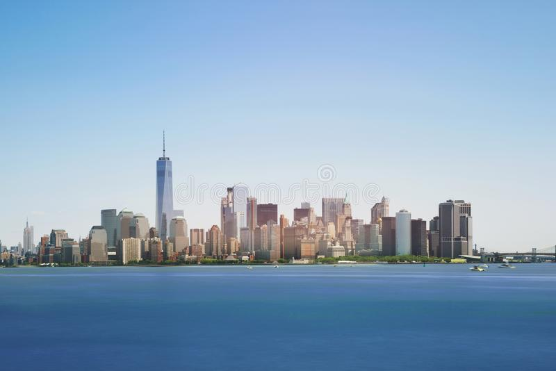Горизонт Нью-Йорка с небоскребами в полдень, США стоковое фото
