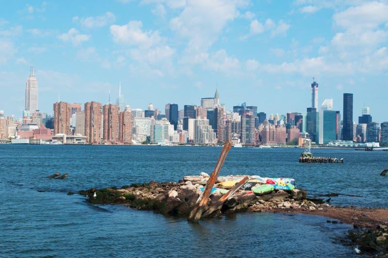 Горизонт Нью-Йорка увиденный от Бруклина, стороны Ист-Ривер, небоскребов, моста Манхаттана, панорамного взгляда стоковое изображение rf