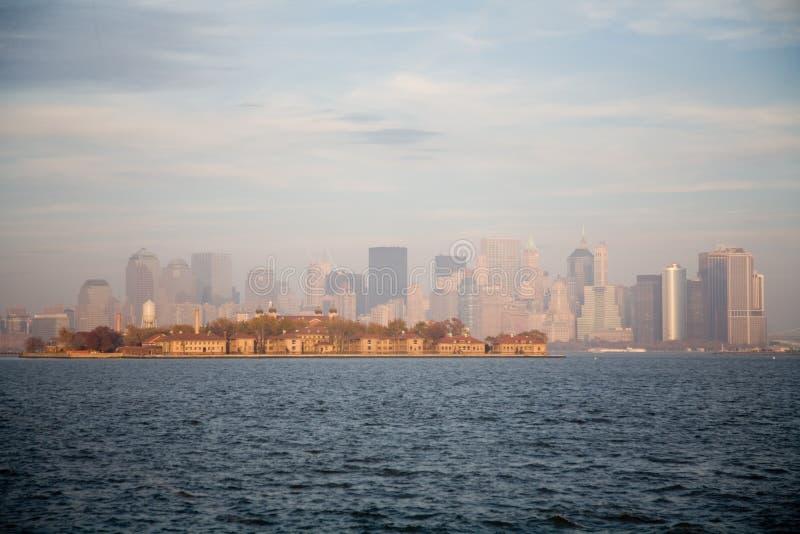 Горизонт Нью-Йорк в заходе солнца падения стоковые изображения rf