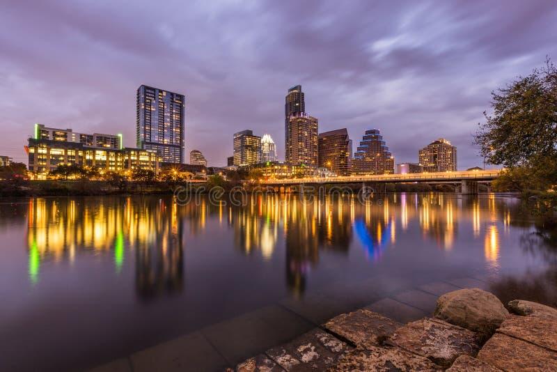 Горизонт Остина городской рекой на ноче, Техасом стоковое фото rf