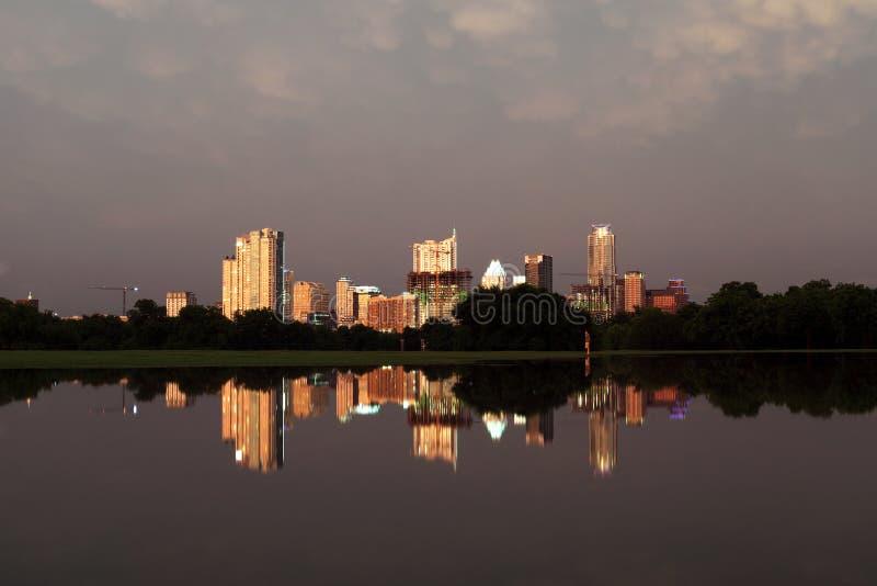 Горизонт Остина Техаса, затопленный парк Zilker стоковые изображения